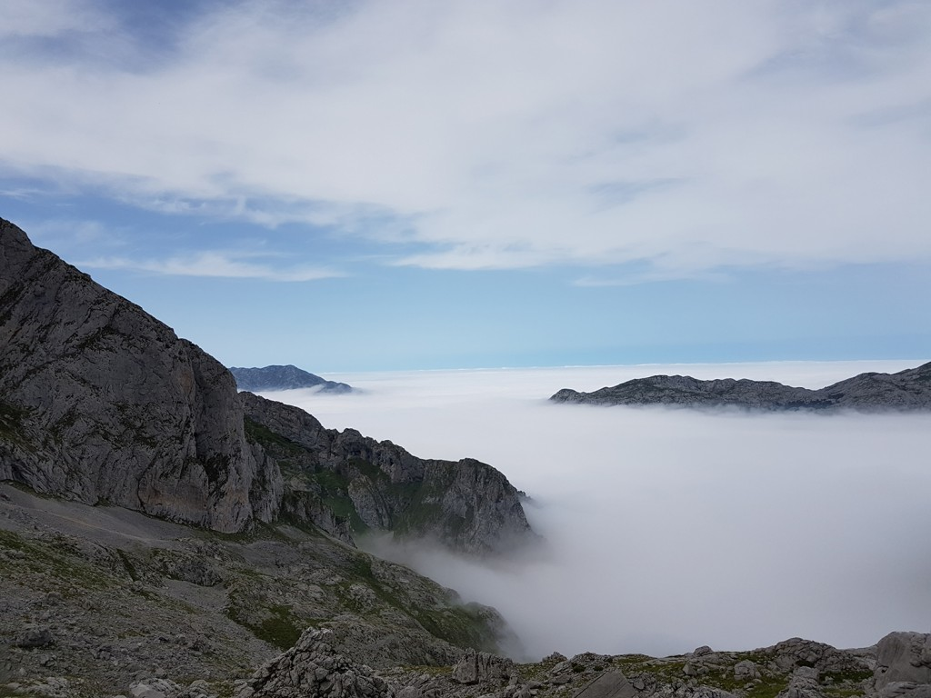 La vista desde la cima. La niebla empezaba a ascender rápidamente.