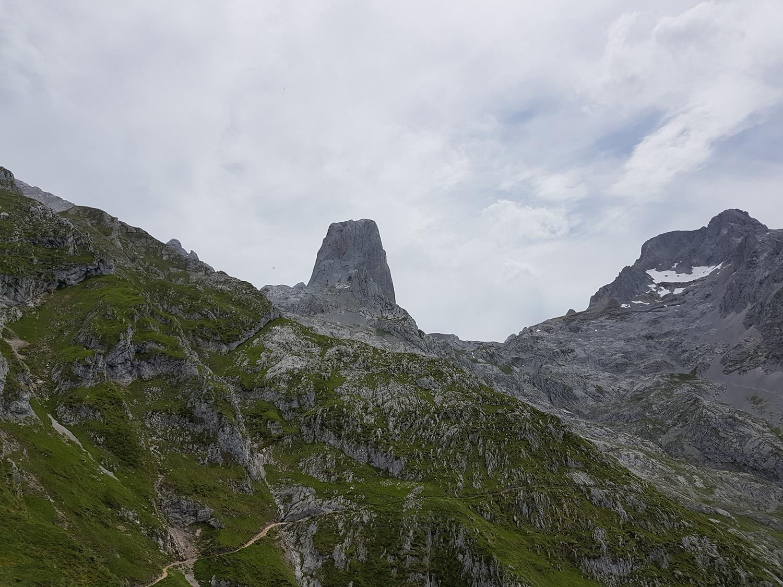 Holidays and hike to the Naranjo de Bulnes (2519 m)